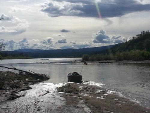 zátoka u potoka s osamělým zlatokopeckým srubem