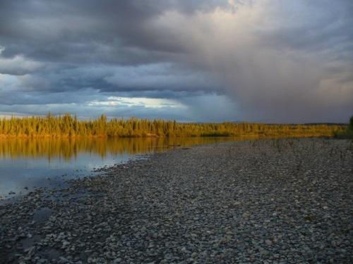 pozdně večerní řeka před bouřkou