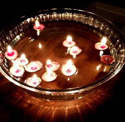 obklopen svíčkami přátel